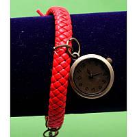"""Женские наручные часы-браслет на плетеном ремешке с подвесками """"Оффали"""", красный"""