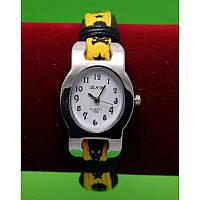 """Женские наручные часы-браслет на широком ремешке с подвесками """"Мейдена"""", черный с желтой тесьмой"""