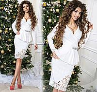 Красивое платье в деловом стиле с баской и перфорацией белое