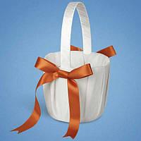 Свадебная корзинка для лепестков роз белая с оранживыми бантиками