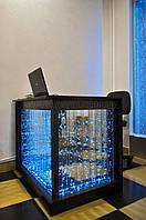 Стол с пузырьковыми панелями.