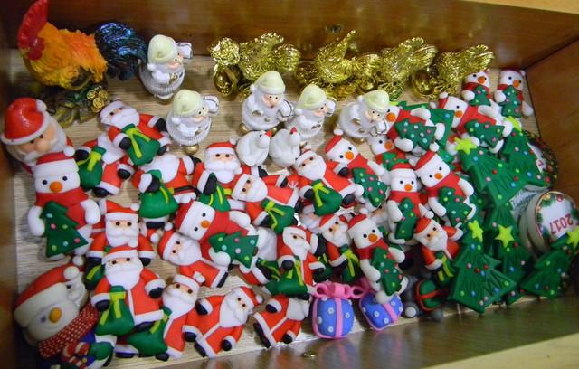 Снеговики и деды морозы, маленькие из полимерной глины.