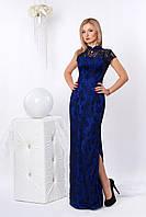 Нарядное приталенное платье из гипюра длиной в пол, синего цвета