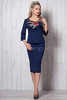 Эффектный женский костюм с вышивкой