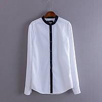 Красивая женственная белая блузка с синими полосами на манжетах и воротнике