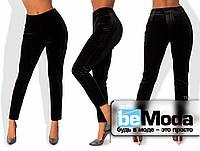 Нарядные женские брюки из бархата приталенного кроя без лишних декоративных деталей черные