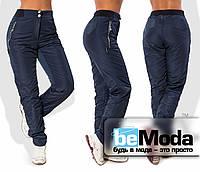 Удобные женские утепленные брюки спортивного кроя из плащевки на флисе с декоративными змейками на карманах темно-синие