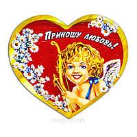 """Магнит деревянный """"Красное сердце с ромашками: Купидончик - Приношу любовь!"""""""