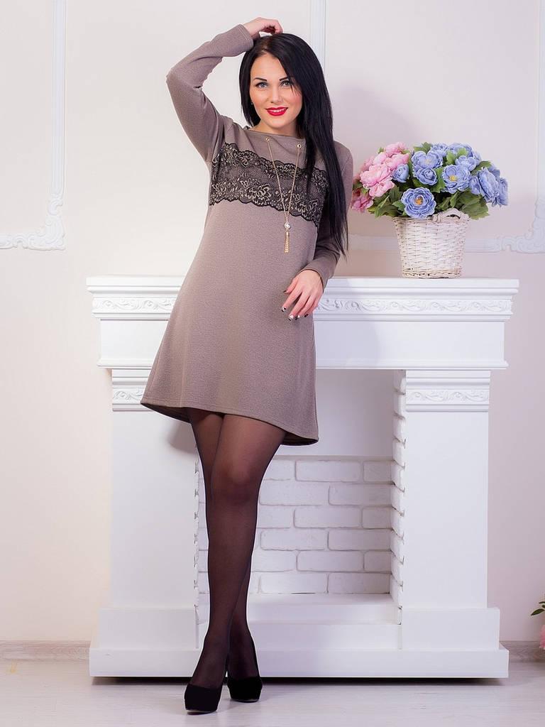 Элегантное светло-коричневое платье с гипюровой вставкой