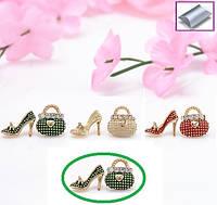 Серьги гвоздики с камешками асимметричные Сумочка-туфелька зеленые, фото 1
