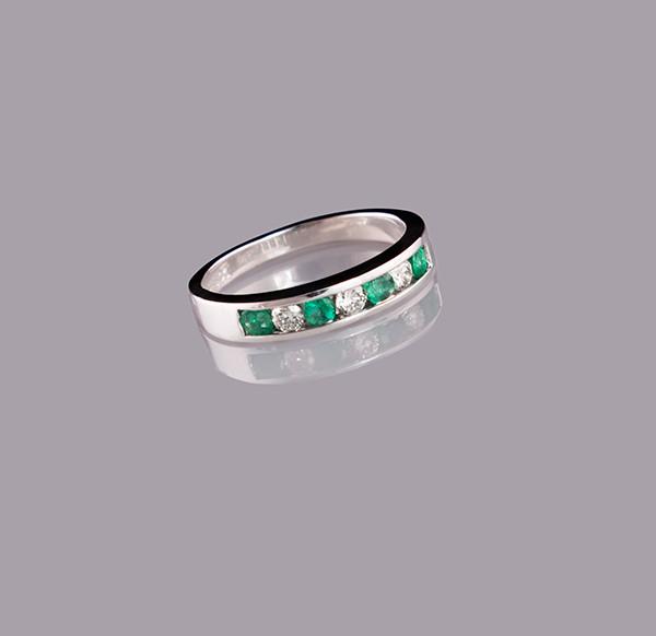 Женское кольцо из белого золота с бриллиантами и изумрудами С2Л6№9