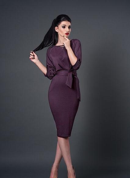 Стильное платье-футляр с пояском