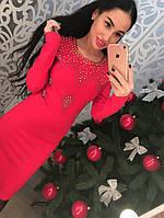 Трикотажное платье с утяжкой с узорами из бисера