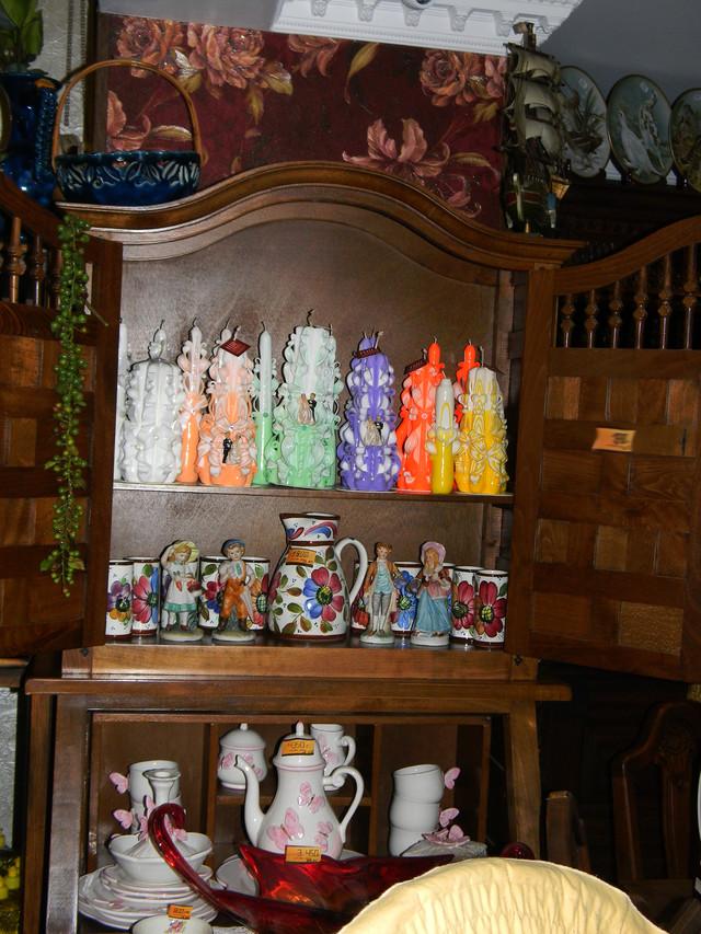 Наборы свадебных свечей для семейного очага на витрине в магазине.