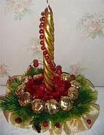 Новогодняя композиция со свечкой и конфетами