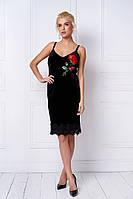 Женское бархатное платье в черном цвете с красной розой