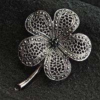 [50/67 мм] Брошь металл под капельное серебро цветок ажурный с небольшим колличеством страз