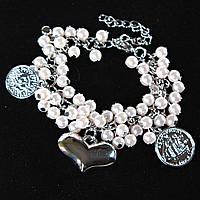 Браслет на цепочке с белыми жемчужинами, монетками и сердцем светлый металл