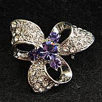 [27/27 мм] Очаровательная женская Брошь светлый металл со стразами и камнями фиолетовго оттенка по центру