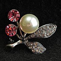 [33/38 мм] Брошь металл под капельное серебро цветочная со стразами, розовыми камнями и светлой жемчужиной