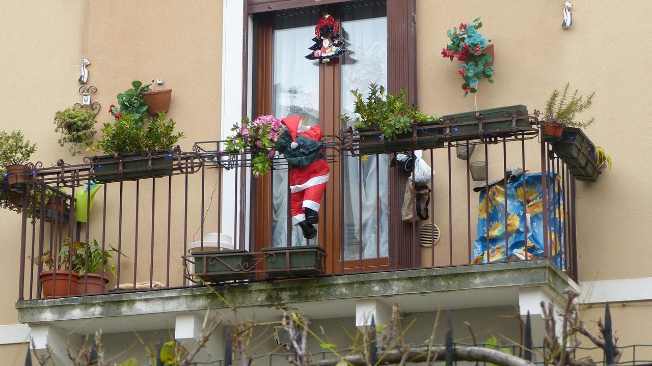 Фигура Деда Мороза лезет на балкон 60 см
