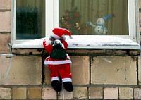 Фигура 25 см Дед Мороз лезет по лестнице в окно