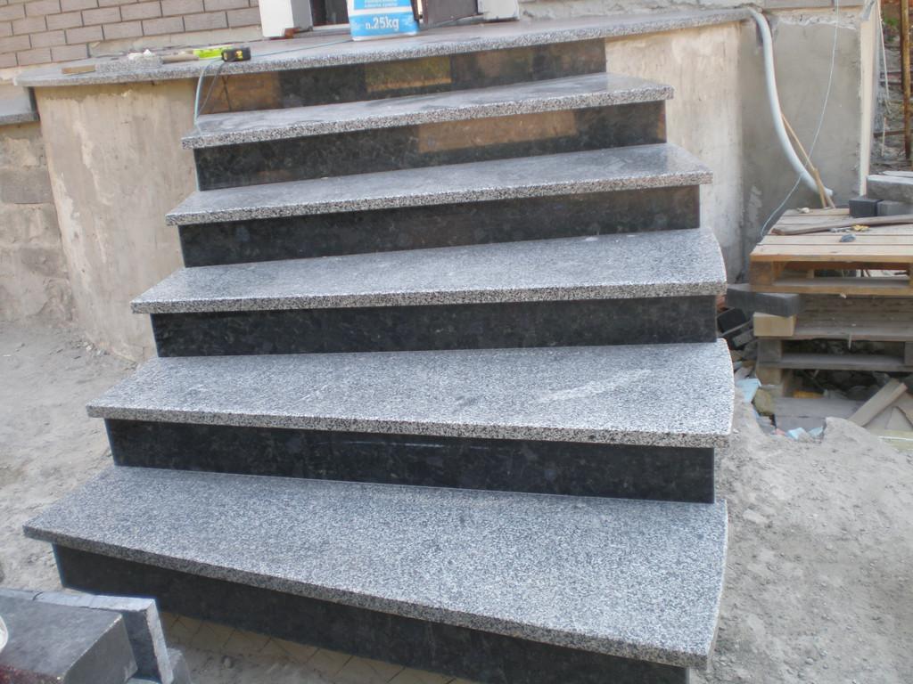 Объект по строительству крыльца с облицовкой гранитной плиткой и гранитными ступенями в Днепропетровске
