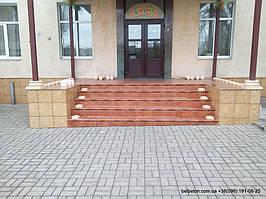 Детский сад в Новодонецке, первый день: Установка стаканов под балясины в оформлении крыльца. Необычный цвет балюстрады отлично вписывается в цвета фасада.