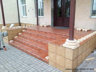 Колонны из декоративного бетона по технологии СИСТРОМа не являются несущим элементом конструкции, а устанавливаются как декоративный элемент вокруг несущей конструкции, в данном случае это металлическая труба квадратного сечения.