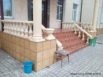 Два декоративных уличных вазона гармонично вписались рядом с колонами.