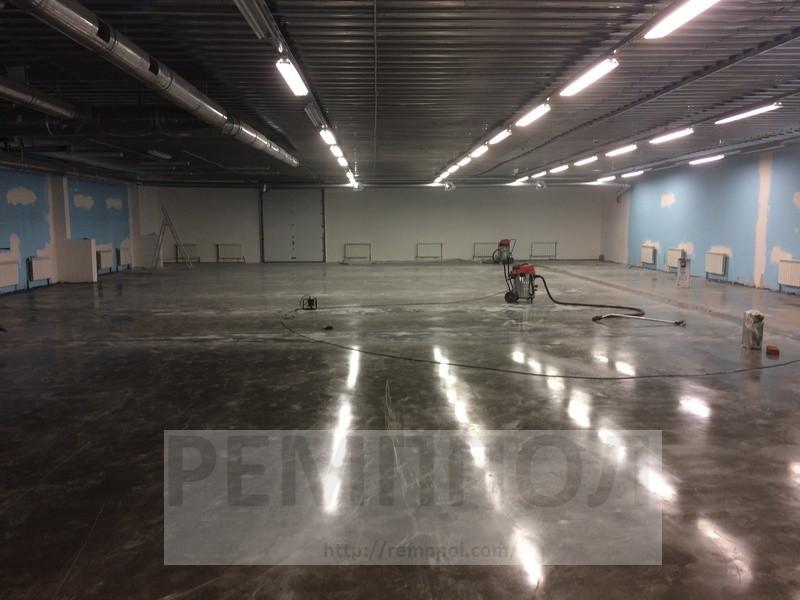 Устройство бетонных промышленных полов с упрочненным верхним слоем (топпинг Cerecit CF-56)  и использование фибра бетона (добавление полимерной фибры)