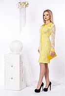 Яркое гипюровое платье с рубашечным воротником  спереди украшено пуговицами