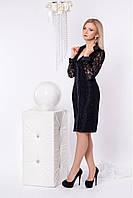 Черное гипюровое платье приталенного фасона украшено большими пуговицами