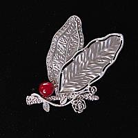 [65/30 мм.] Брошь Ягодка Клюквы в листве и декором из веточки Розы , металл Silver и стразы