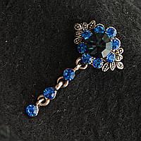 [20/40 мм] Элегантная брошь темный металл с ярко-голубыми стразами и темно-синим камнем в центре, выполненная в оригинальном цветочном дизайне