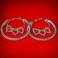 [50 мм] Серьги-кольца итальянский замок с белыми стразами среднего размера светлый металл с сердечками на металлическом внутреннем кольце