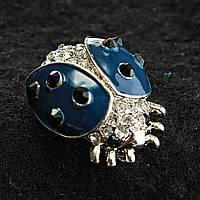 [20/25 мм] Брошь светлый металл божья коровка, украшенная камнями, синий цвет эмаль