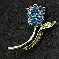 [22/40 мм] Брошь светлый металл Цветок с голубыми и зелеными стразами