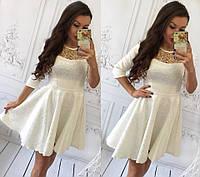 Платье декорировано сеткой с золотой вышивкой