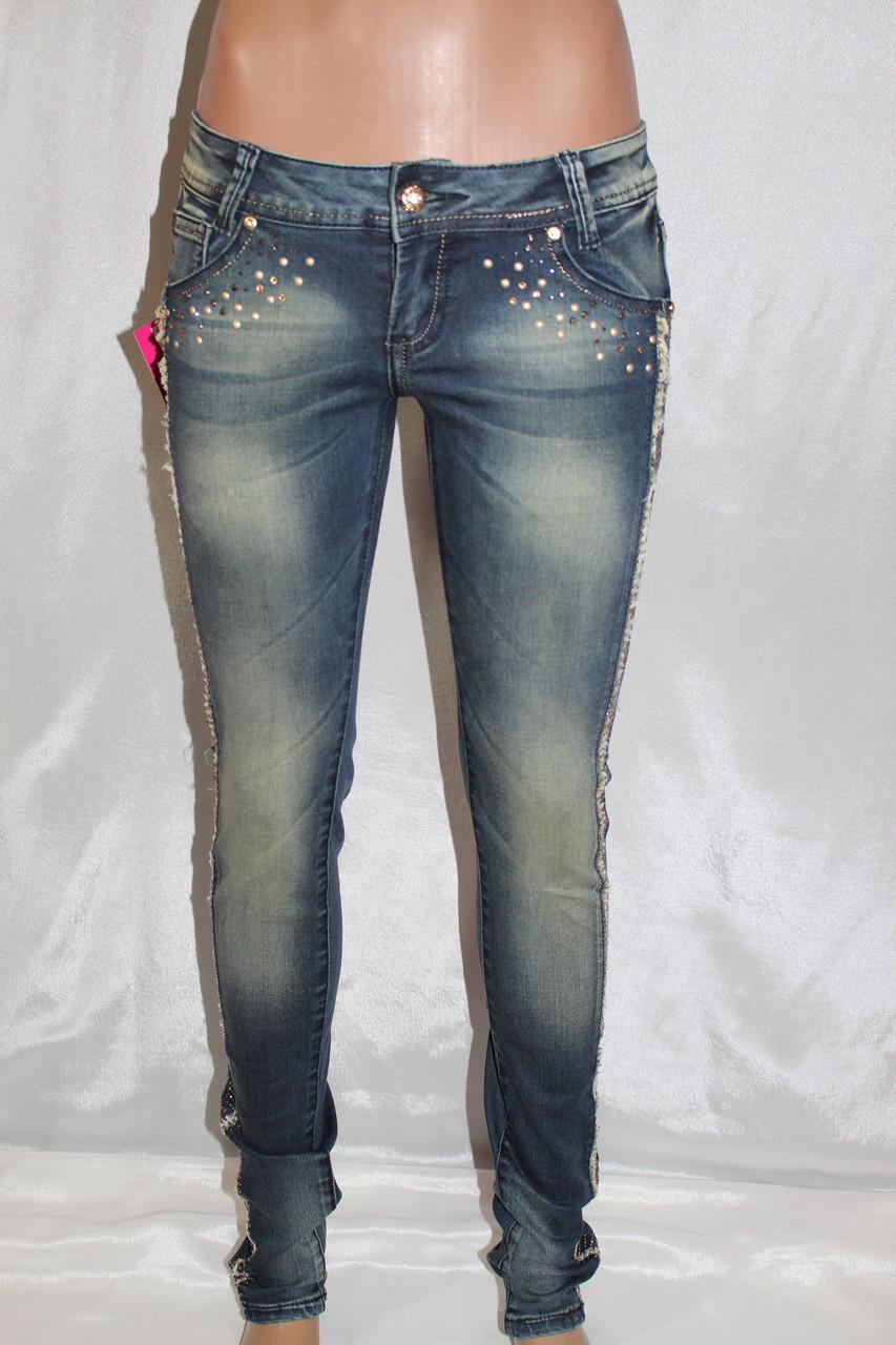 Женские джинсы с декором из золотых камней