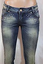 Женские джинсы с декором из золотых камней, фото 2