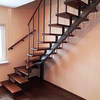 Лестница на второй этаж с поворотом 90 градусов.