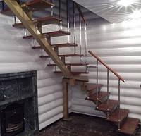Металлическая лестница с забежными, деревянными ступенями.