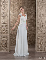 Свадебное платье прямого силуэта с воздушной юбкой и нежным декоративным пояском