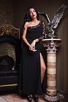 Однотонное платье в пол с гипюровым рукавом и открытым плечем черное