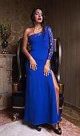 Однотонное платье в пол с гипюровым рукавом и открытым плечем электрик