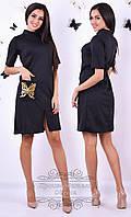 Платье черного цвета с карманом, который декорирует пайетка