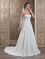 Изящное свадебное платье А-силуэта,  украшенное аппликацией расшитой бисером