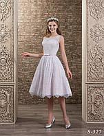 Изящное короткое свадебное платье А-силуэта,  укрытое нежным гипюром
