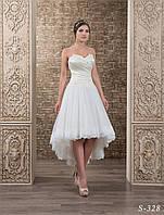 Нежное , короткое свадебное платье А-силуэта,  украшенное цветочной аппликацией